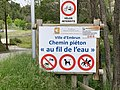 Plan d'eau d'Embrun - panneau chemin piéton.jpg