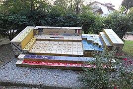 Pomnik okresowego układu pierwiastków.jpg