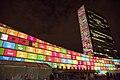 Prédio da ONU em Nova York, estampado com os Objetivos de Desenvolvimento Sustentável.jpg