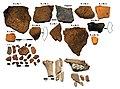 Priešistorinių laikų keramikos iš Gyvakarų kapinyni fragmentai. Nuotr. iš 2015 m. žvalgomųjų archeologinių tyrimų ataskaitos.jpg