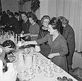 Prinses Irene, koningin Juliana en prinses Margriet schenken de chocolademelk ui, Bestanddeelnr 915-8770.jpg