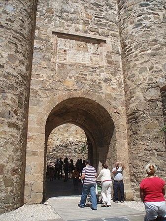 Puerta del segundo recinto amurallado del Castillo de Ponferrada.JPG