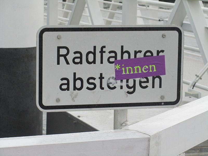 File:Radfahrer-innen absteigen.JPG