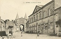 Reynel Carte postale La porte de ville et la mairie vers 1905.jpg