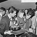 Rudi Carrell heeft de zilveren roos gewonnen. Rudi Carrell met echtgenote en doc, Bestanddeelnr 916-3514.jpg