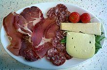 Un piatto di salumi romagnoli e formaggio