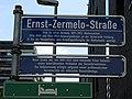 Schild der Ernst-Zermelo-Straße in Freiburg mit Erläuterung. Bis 2017 hieß sie Eckerstraße..jpg