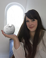 Shani Evenstein with Wikipedia Logo.jpg