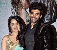 Актрисы Болливуда  220px-Shraddha_Kapoor_at_audio_release_of_Aashiqui_2_at_Sudeep_studios_%286%29