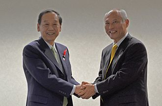 Yōichi Masuzoe - with Shun'ichi Yamaguchi (at the Headquarters of the National Institute of Information and Communications Technology October 22, 2014)
