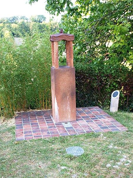 Saint-Aubin-Château-Neuf (Yonne, France); statue moderne: Fontaine de Rana, par Alain Gaudebert. Située dans la ruelle de Beausseron. Page de présentation.