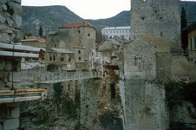http://upload.wikimedia.org/wikipedia/commons/thumb/a/ad/Stari_Most_temporary_cable_bridge_1997.jpg/640px-Stari_Most_temporary_cable_bridge_1997.jpg