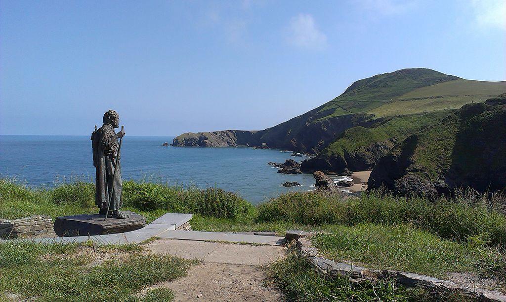 Statue av St Carantoc i Llangrannog