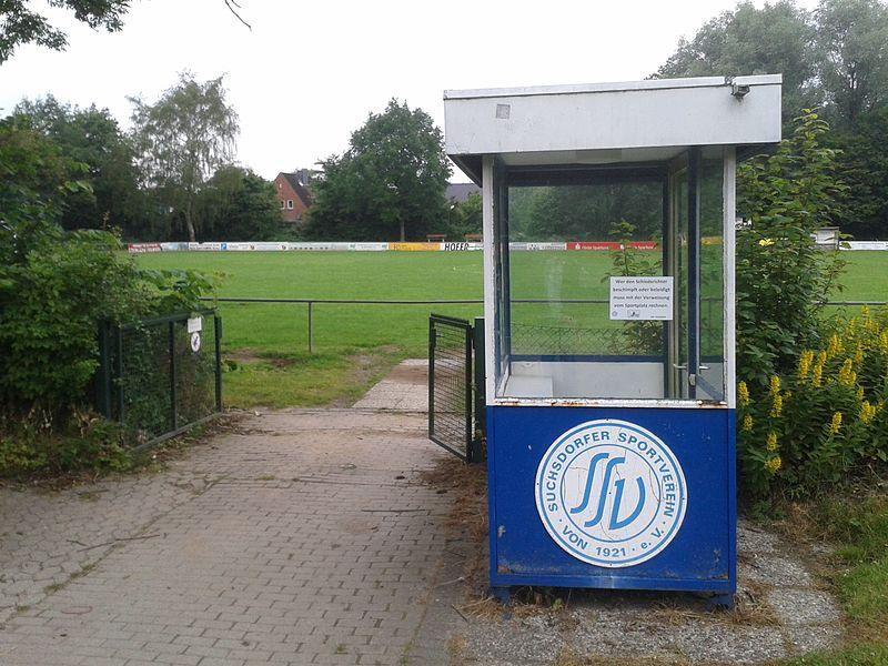 Datei:Suchsdorfer SV Eingang Stadion.jpg