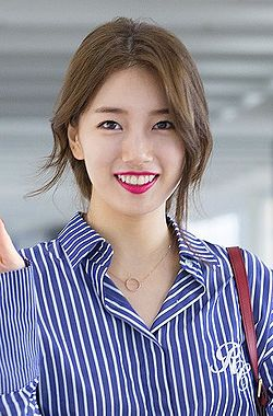 Suzy at Hong Kong Airport, 12 September 2016 02.jpg