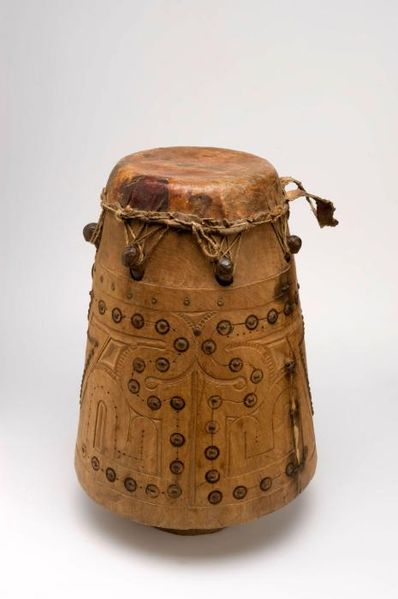 File:Tropenmuseum Royal Tropical Institute Objectnumber 2345-46 Enkelvellige conische trom.jpg