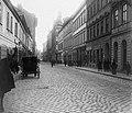 Váci utca a Nyári Pál (Borz) utca felől a Fővám tér felé nézve. Távolban a Központi Vásárcsarnok, a tornyos épület a Sörház utca sarkán áll. Fortepan 18022.jpg