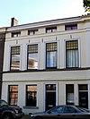 foto van Pand, geheel gepleisterd, met verdieping en mezzanino onder flauwhellend, met pannen gedekt zadeldak