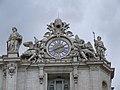 Vaticano-Roma, angolo sinistro della facciata di San Pietro, con orologio e campane.jpg