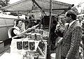 Viskraam op de weekmarkt aan de Anemonenlaan te Bennebroek afbeelding door United Photos de Boer. - Haarlem de Boer, 1985. - 1 foto 12,5x17,5 cm. Afgebeeld is een viskraam op de weekmarkt aan de Anemo.JPG