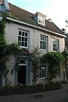 """Middeleeuws """"complex"""" huis van bescheiden formaat, bestaande uit een voor en achterhuis met twee bouwlagen en een kap"""
