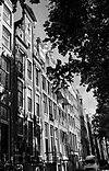 foto van Pand met pilaster-halsgevel met tussentrappen, oeils-de-boeuf en festoenen