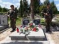 Warta Honorowa przy grobie Emila Czecha.jpg