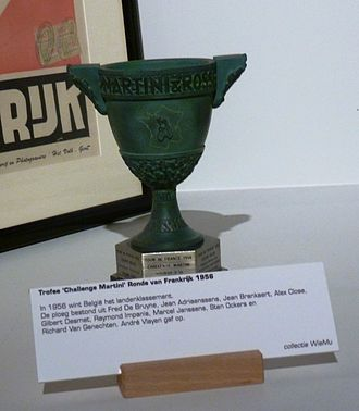 """Team classification in the Tour de France - The """"Challenge Martini"""" trophy for 1956, won by the Belgian national team"""