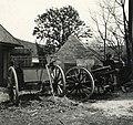 Zsákmányolt szerb 8-as löveg egy tanya udvarán a magyar csapatok bevonulása idején. Fortepan 76990.jpg