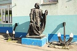 Скульптура рыбака у здания морского колледжа имени И.И.Месяцева.JPG