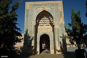 نمایی از صحن مقبره بایزید بسطامی که به یک امامزاده ختم می شود - panoramio.jpg