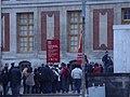 ヴェルサイユ宮殿でチケットを買う人たちの列 - panoramio.jpg