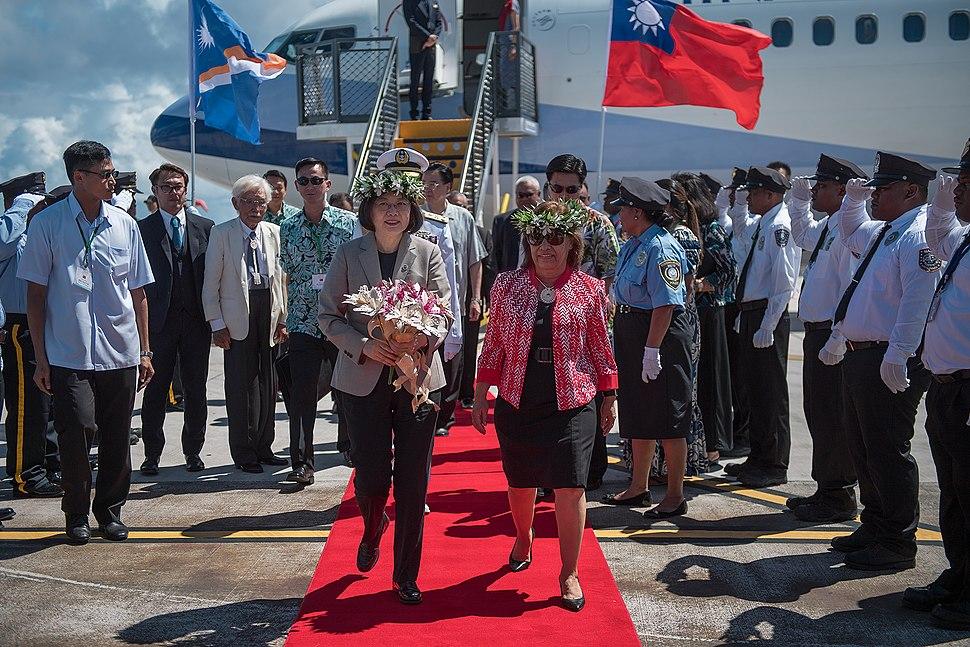 10.30 總統抵達馬紹爾群島共和國,由海妮(Hilda C. Heine)總統陪同沿紅地毯前進,接受兩側馬國國家警察儀隊致敬 (37980845986)