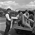 12.07.1963. Distribution de pêches. (1963) - 53Fi3130.jpg