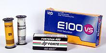 Plusieurs sortes de films 120 : Kodak Tmax ISO 100 neuve (en jaune), exposée (en blanc), une boîte de cinq Ektachrome et un film noir et blanc Fortepan.