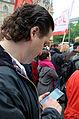 2014-05-01 1. Mai, Trammplatz Hannover, (143) Alptekin Kirci bei der Dateneingabe am Samsung Smartphone.jpg