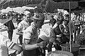 51ste Tour de France 1964 Televizierploeg bij de fourage uitdelen van eten, Bestanddeelnr 916-5794.jpg