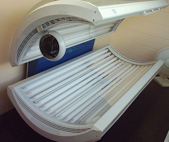 A Sunvision Elite tanning bed switched off. Tristanb at the English language Wikipedia. CC.
