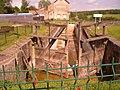 Ancienne écluse et ancienne péniche à Ecuisses.jpg