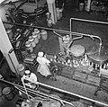Arbeidsters aan de lopende band waar de melkflessen worden gevuld, Bestanddeelnr 252-9070.jpg
