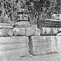 Architectuurfragmenten bij de synagoge uit de derde eeuw te Kapernaum waaronder , Bestanddeelnr 255-1536.jpg