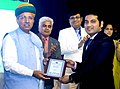 Arjun Ram Meghwal presented the mementos to team members of Indian Chambers of Commerce for Affirmative Action (ICCAA), at the Entrepreneurship and Vendor Development Programme for SC & ST Entrepreneurs, in Mumbai.jpg