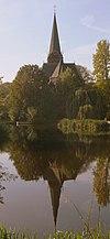 Rooms-katholieke Sint-Augustinuskerk, kruiskerk met hoge toren met naaldspits, neogotische bouwstijl, interieur met preekstoel, het kunststenen altaar en orgel van Adema en vijf achttiende-eeuwse statieschilderijen van Adriaan van de Velde, onderdeel van complex met pastorie