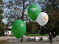 Autovaba päeva ja Tartu sügisjooksu reklaamiga õhupallid Vabaduse puiesteel Tartu linna tervisepäeval, 22. september 2012.jpg