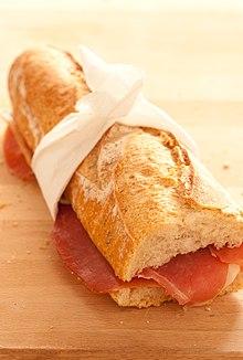 Una baguette utilizzata per fare un panino con prosciutto e burro