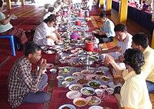 Pranzo thailandese in un tempio