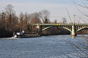 Barges on the river Seine in Rueil-Malmaison 002.JPG