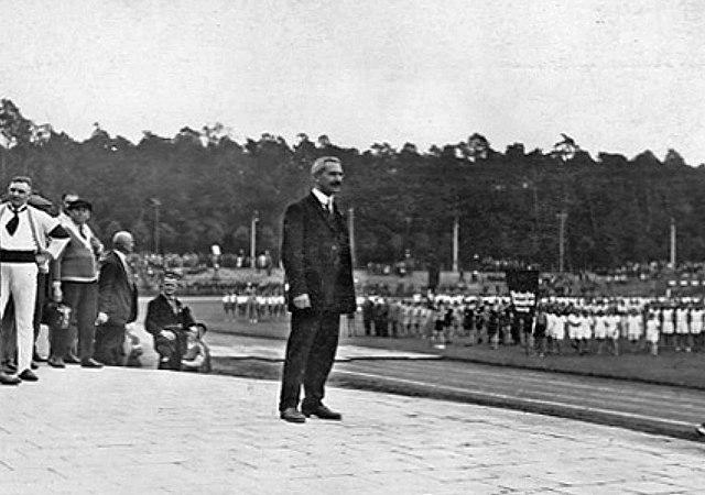 Georg Benedix bei der Eröffnung der I. Internationalen Arbeiterolympiade 24.-28.Juli 1925 in Frankfurt am Main. Urheber: Unbekannt. Quelle: Wikimedia Commons.