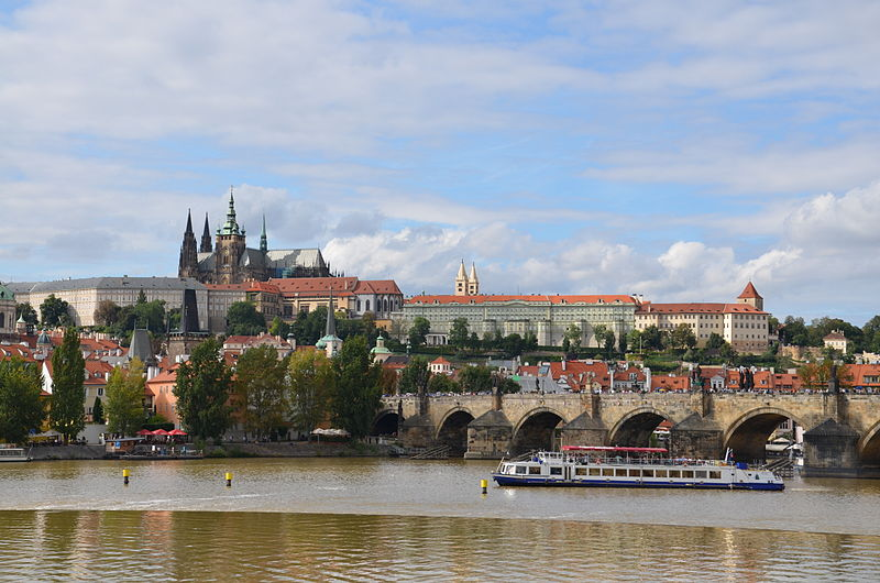 File:Boat in Prague.jpg