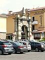 Borgo Val di Taro-arco di piazza Farnese.jpg